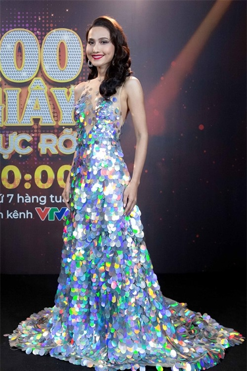 Hoa hậu chuyển giới diện chiếc váy dài ánh kim nổi bật. Lúc trước thi Chinh phục hoàn mỹ, Hoài Sa từng được đàn chị Hương Giang khuyên nên chọn các ca khúc tiếng Anh để phù hợp chất giọng của mình. Vì vậy ở show lần này, cô thử sức với ca khúc Young and Beautiful nổi tiếng của Lana Del Rey.