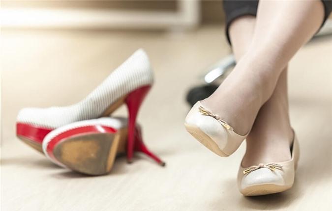 Mẹ bầu không nên đi giày cao gót