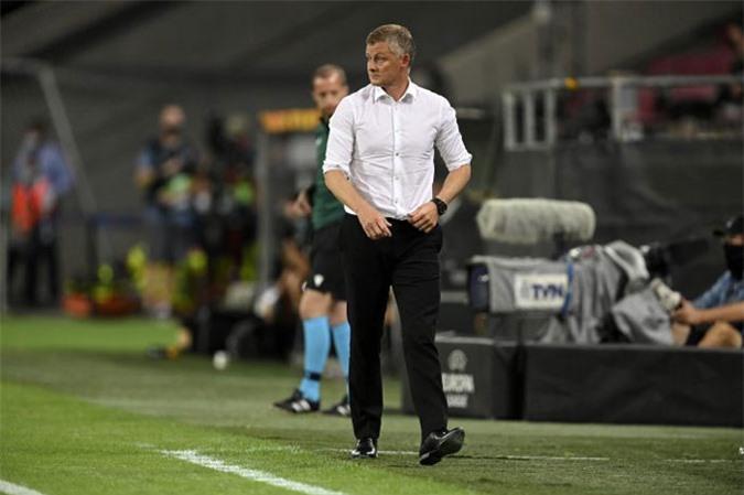 Sang hiệp 2, Solskjaer thậm chí còn cởi cả áo ngoài nhưng vẫn không thể giúp M.U vào chung kết Europa League