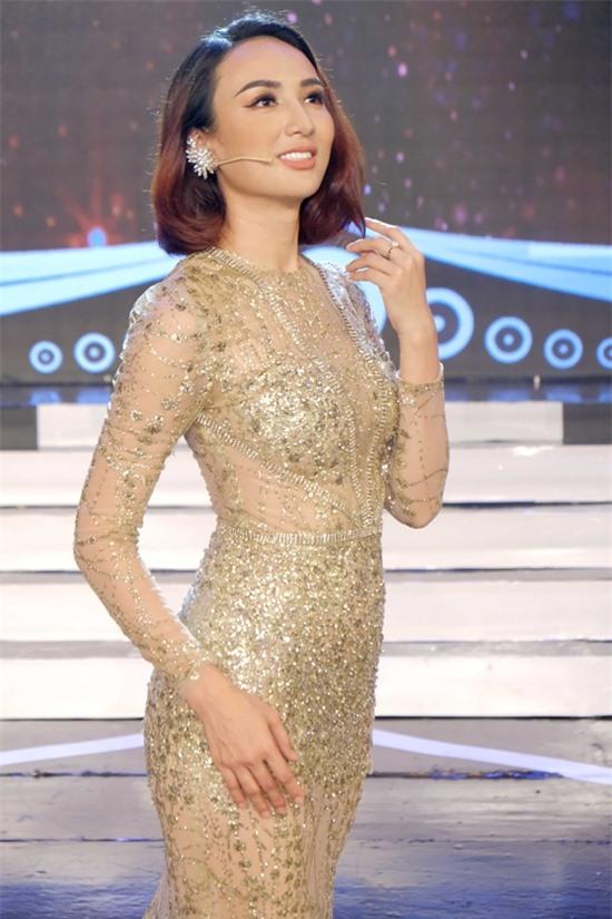 Hoa hậu Ngọc Diễm diện váy nổi bật khi làm giám khảo.