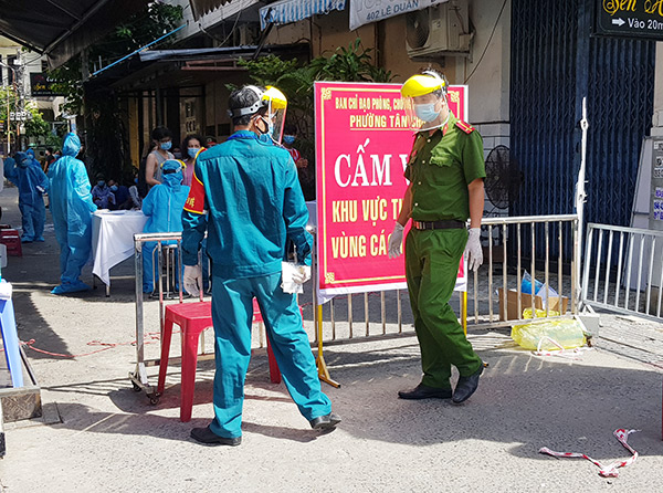 Cán bộ, chiến sĩ công an làm nhiệm vụ canh trực khu vực thiết lập vùng cách ly y tế trên địa bàn quận Thanh Khê, Đà Nẵng (Ảnh: HC)