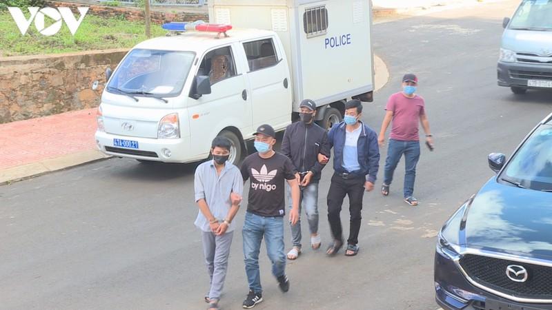 Cường và Nghĩa bị bắt khi đang tìm đường trốn thoát sau khi trộm tài sản tại bệnh viện.