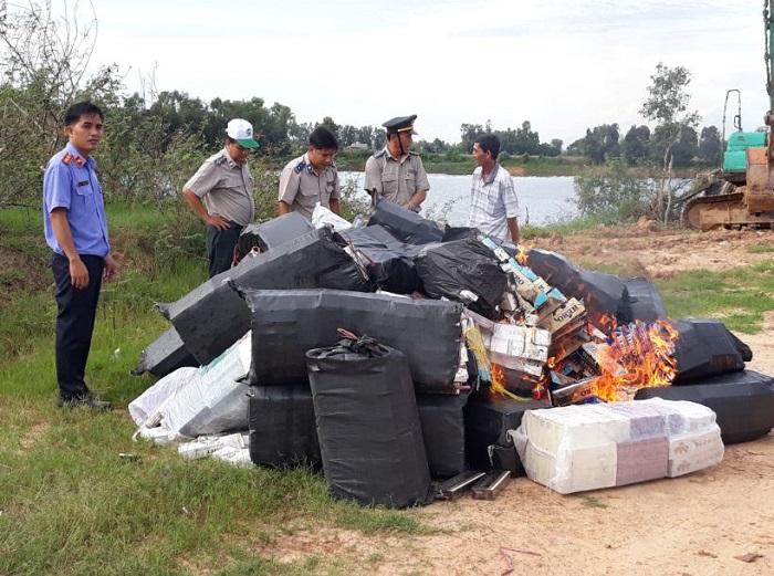 Lực lượng chức năng giám sát tiêu hủy 81.600 bao thuốc lá điếu nhập lậu có quyết định thi hành án.