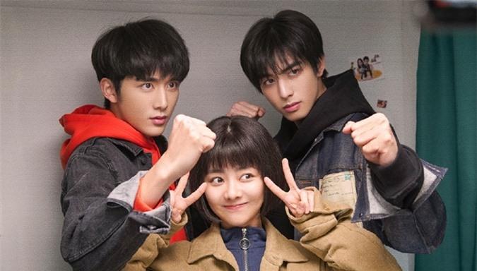 Trương Tân Thành (trái) bên hai bạn diễn Đàm Tùng Vận, Tống Uy Long của Lấy danh nghĩa người nhà. Ngoài đóng nam thứ chính, Trương Tân Thành còn gây bất ngờ với vai trò một trong các nhà phát hành của phim, mặc dù anh mới 25 tuổi.