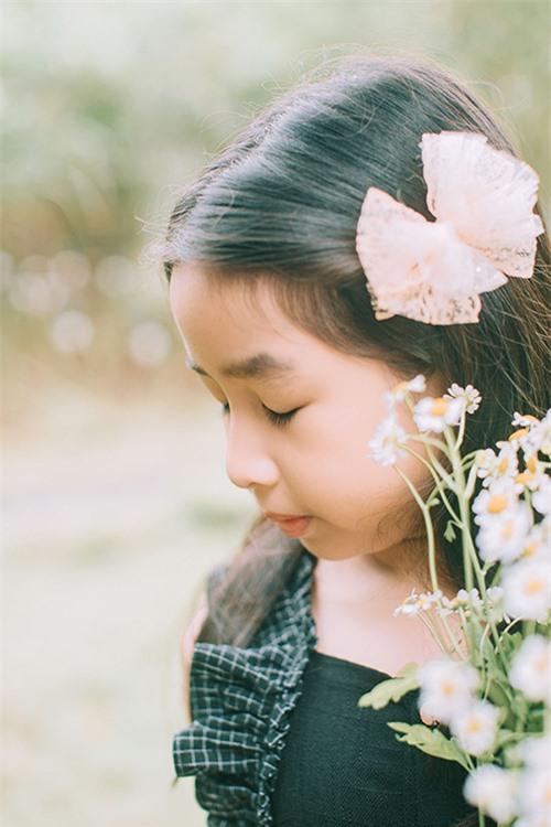 Được học trong trường quốc tế nên từ nhỏ Mina đã có thể nói tiếng Anh trôi chảy. Trong video được Lưu Hương Giang chia sẻ hồi tháng 4/2020, Mina nói tiếng Anh như gió khi nói chuyện với mẹ. Cô bé động viên mẹ nên luyện tập nhiều để nâng cao khả năng phát âm bằng tiếng Anh.