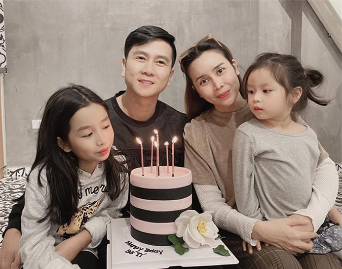 Lưu Hương Giang - Hồ Hoài Anh đã có hơn 10 năm làm vợ chồng. Cặp đôi kết hôn năm 2009, lần lượt có hai con gái Mina và Misu vào các năm 2011 và 2015. Sau ồn ào ly hôn năm ngoái, cặp đôi hiện hạnh phúc, thường xuyên tay trong tay tại các sự kiện của bạn bè.