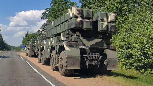 Pháo phản lực phóng loạt tầm xa Polonez của Belarus được điều động tới biên giới Litva. Ảnh: RIA Novosti.