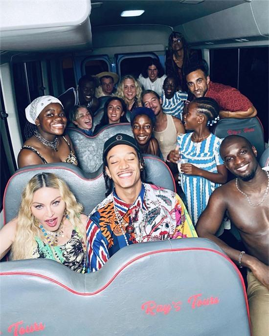 Nhiều bạn bè của Madonna và Ahlamalik ở Jamaica tham gia bữa tiệc sinh nhật.