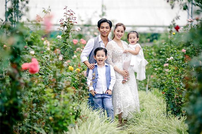 Con trai Kubi và con gái Anna lần lượt chào đời vào 2015 và 2018 khiến tổ ấm của Khánh Thi và Phan Hiển thêm hạnh phúc. Có chồng trẻ nên Khánh Thi thường xuyên nổi máu ghen tuông, cứ thấy Phan Hiển ra khỏi nhà một mình là không thích. Biết tính vợ, Phan Hiển cũng hạn chế tụ tập bạn bè, bớt thời gian cho đam mê riêng để ở nhà chăm con cho cô yên tâm. Dù kém tuổi, Phan Hiển lúc nào cũng nhường nhịn vợ, chiều chuộng vợ. Anh không tiếc tiền mua cho bà xã nhiều món đồ hiệu đắt tiền và thậm chí còn trồng cả một vườn hồng dành tặng cô.