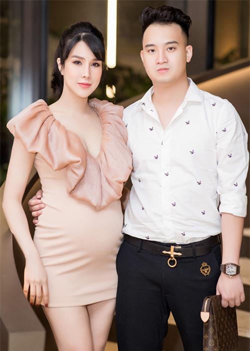 Diệp Lâm Anh sinh năm 1989, kết hôn cùng ông xã Nghiêm Đức vào giữa năm 2018, sau vài năm tìm hiểu. Ông xã của người đẹp sinh năm 1990, là thiếu gia của một gia đình bề thế tại TP HCM.