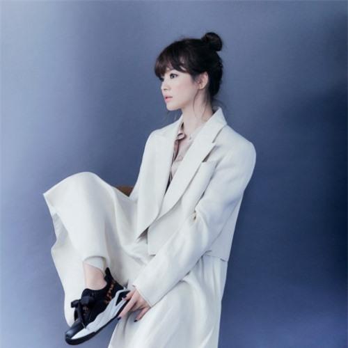 Song Hye Kyo ra mắt loạt hình ảnh mới, trong chiến dịch quảng cáo sản phẩm cho một thương hiệu giày dép. Kiểu tóc bới cao kết hợp mái xoăn dày giúp cô xinh xắn, đáng yêu. Nhiều người khen cô trẻ hơn hẳn so với tuổi 38.