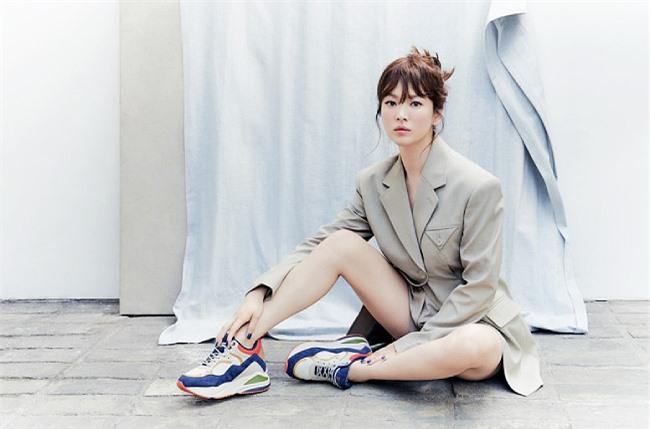 Sau ly hôn, Song Hye Kyo hiện bận rộn với công việc. Cô được cho là sẽ xuất hiện trên sóng live stream vào tuần tới để giới thiệu sản phẩm dưỡng da mà mình là gương mặt đại diện.