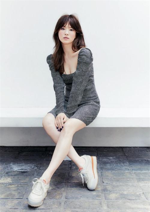 Song Hye Kyo khoe khéo ngực đầy gợi cảm. Trước tin đồn quay lại với Hyun Bin, nữ diễn viên trước sau chỉ im lặng.