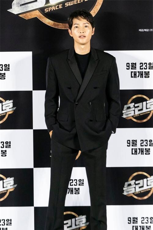 Sáng 18/8, Song Joong Ki dự buổi họp báo giới thiệu phim Space Sweepers. Để phòng chống Covid-19, đoàn phim tổ chức sự kiện online, thay vì họp báo trực tiếp như thông thường.