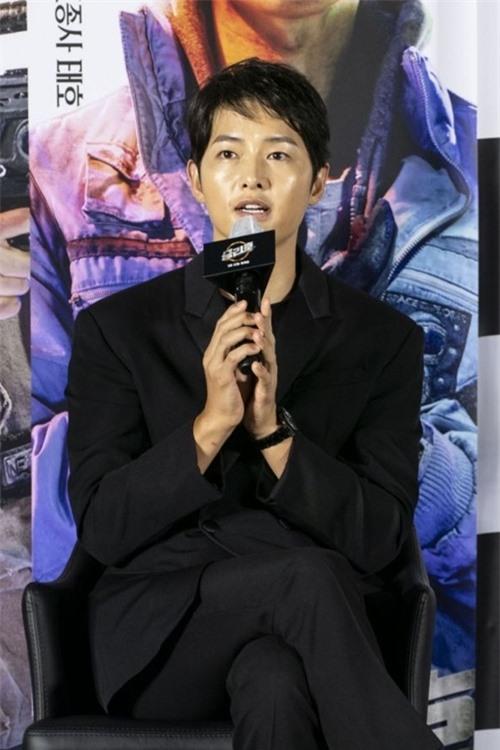 Đây là bộ phim đầu tiên của Song Joong Ki ra mắt sau khi anh ly dị với Song Hye Kyo. Anh vào vai một nhà du hành vũ trụ cơ trí, điềm tĩnh, tham gia phi hành đoàn dọn dẹp vũ trụ trên con tàu không gian Victory. Tác phẩm đánh dấu sự tái hợp của Song Joong Ki với đạo diễn Jo Sung Hee kể từ phim The Werewolf Boy chiếu năm 2012.