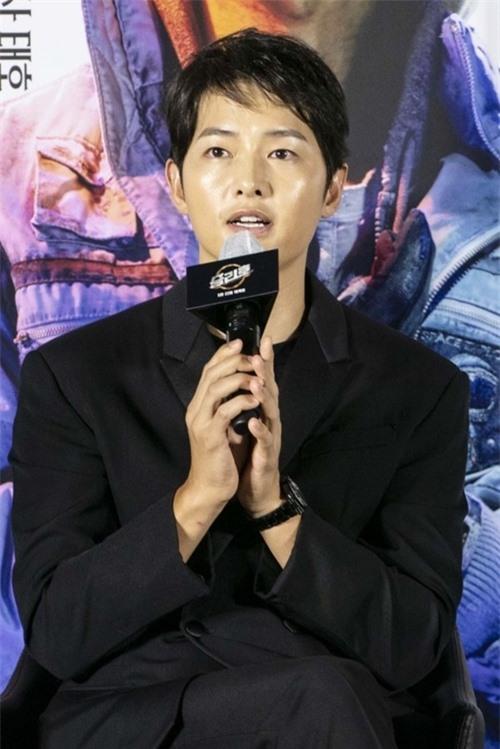 Song Joong Ki chia sẻ từ hồi quay The Werewolf Boy, anh đã nghe đạo diễn Jo nói về ý tưởng cho Space Sweepers. Anh rất hứng thú với dự án đầu tiên của Hàn Quốc về đề tài vũ trụ và cảm thấy nổi da gà khi nghĩ đến những dòng chữ Hàn Quốc gắn trên con tàu du hành không gian.