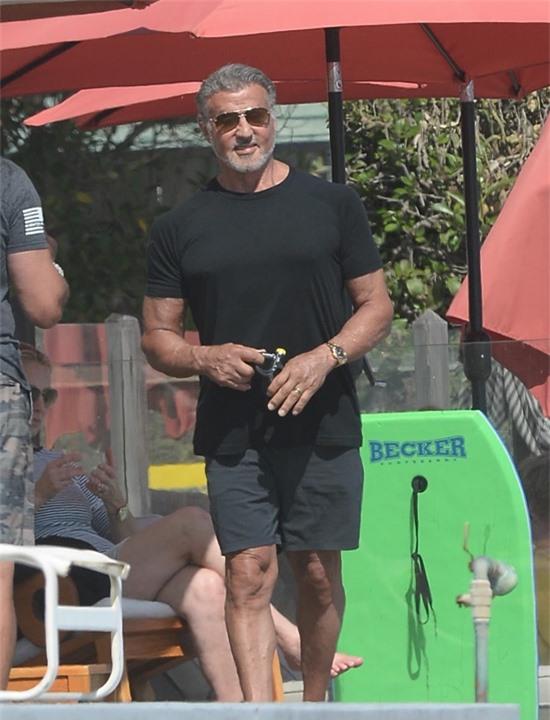 Hôm 15/8, Sylvester Stallone ra biển ở nam California cùng gia đình giữa những ngày tránh dịch. Ngôi sao Rambo vẫn rất phong độ ở tuổi 74.