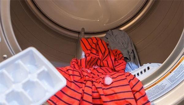 Thả 3 viên đá vào máy giặt, đồ lấy ra tự phẳng, mặc trăm lần cũng không bạc màu - 2