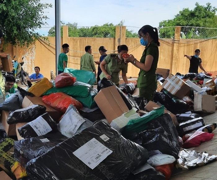 Tạm giữ số lượng lớn khẩu trang, hàng dệt may, mỹ phẩm có dấu hiệu vi phạm tại Bình Định.