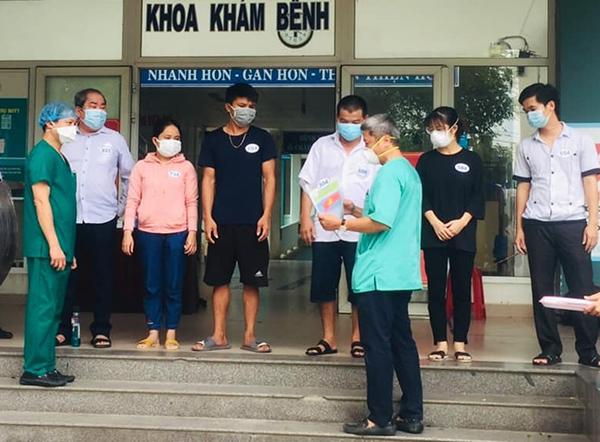Thứ trưởng Bộ Y tế Nguyễn Trường Sơn trao giấy ra viện cho các BN được xuất viện chiều 18/8 tại BVDC Hòa Vang