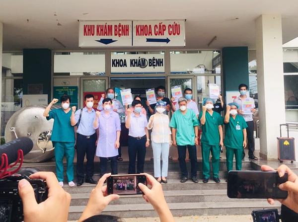 Thứ trưởng Bộ Y tế Nguyễn Trường Sơn cùng Giám đốc Sở Y tế Đà Nẵng Ngô Thị Kim Yến chia vui cùng các BN Covid-19 được xuất viện chiều 18/8