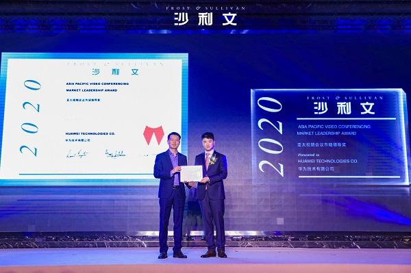 Chen Qunhui, Giám đốc tiếp thị của mảng giải pháp cộng tác thông minh, Nhóm Kinh doanh Đám mây và AI của HUAWEI, nhận giải thưởng.