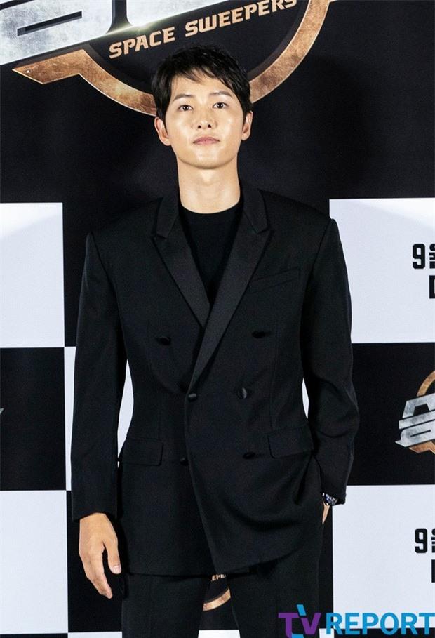 Song Joong Ki lần đầu tiên xuất hiện công khai sau loạt tin đồn tình ái - Ảnh 1.