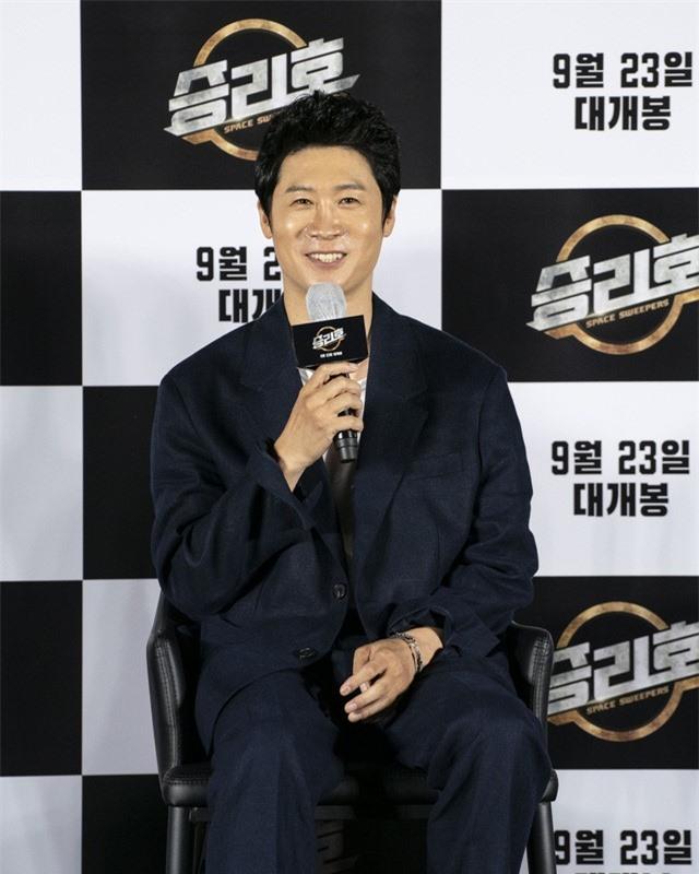 Song Joong Ki lần đầu tiên xuất hiện công khai sau loạt tin đồn tình ái - Ảnh 4.