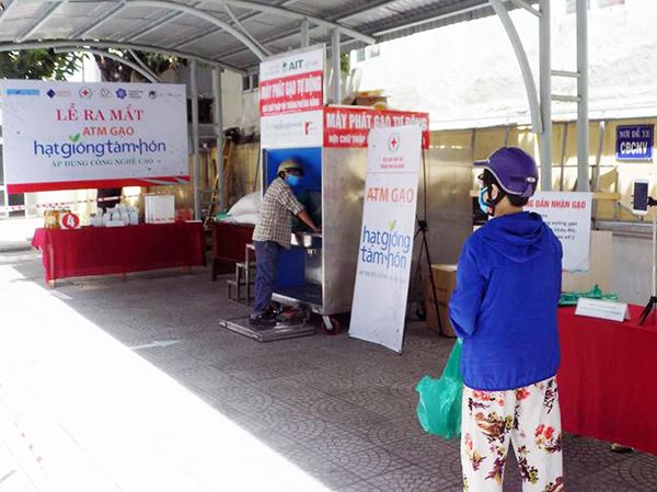 Các hộ gia đình khó khăn đến nhận gạo tại máy ATM gạo tự động của Hội Cữ Thập đỏ TP Đà Nẵng đảm bảo