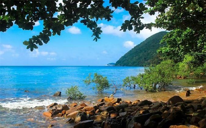 Phong cảnh ở Bãi Ông Đụng tuyệt đẹp với nước biển trong vắt, thiên nhiên hoang sơ, lãng mạn.