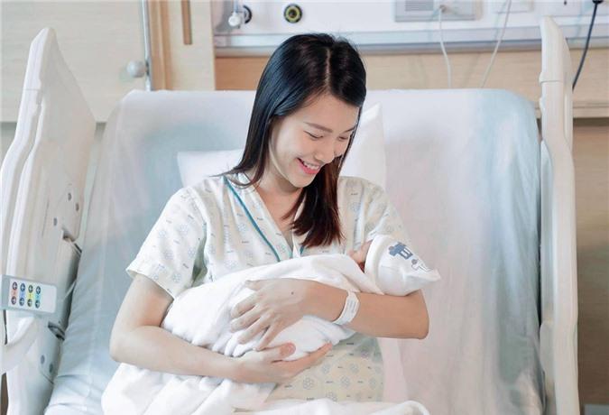 Hoàng Oanh bên con trai nhỏ.