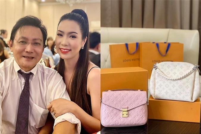 Vợ chồng Trịnh Kim Chi và hai chiếc túi hiệu vừa sắm.