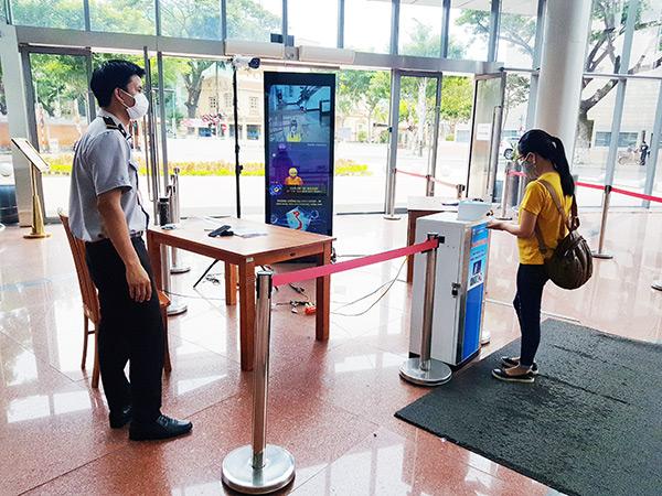 Khách vào liên hệ công việc tại Tòa nhà Trung tâm Hành chính TP Đà Nẵng đều phải chấp hành nghiêm các quy định về phòng, chống dịch Covid-19 (Ảnh: HC)