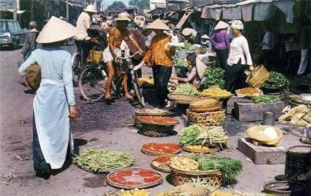 Một phiên chợ ở Sài Gòn (Ảnh: Mike Roberts).