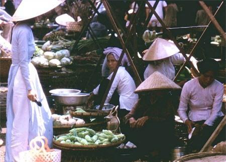 Một phiên chợ ở Biên Hòa năm 1965 (Nguồn: Peter Seaward).