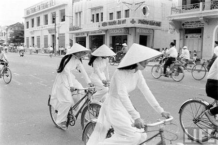 """Thế giới lưu giữ ảnh """"độc"""" về phụ nữ Việt với nón lá, áo dài"""