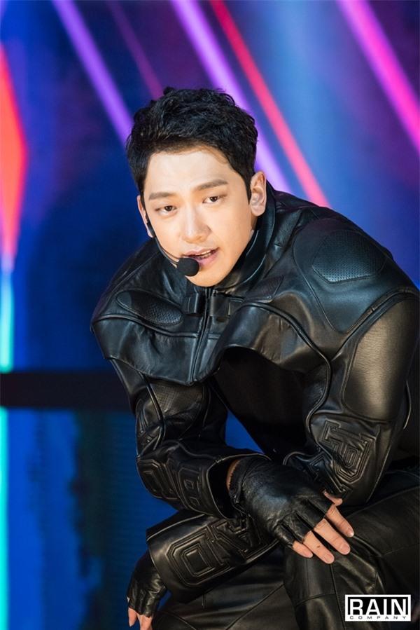Tính cách thật ẩn trong vẻ lạnh lùng của Jin BTS, IU qua lời kể đồng nghiệp - Ảnh 5