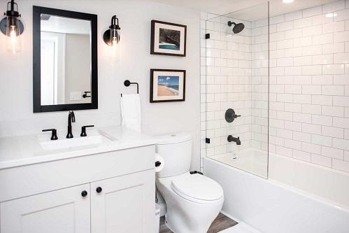Việc đầu tiên bạn làm là gì khi vào nhà tắm?