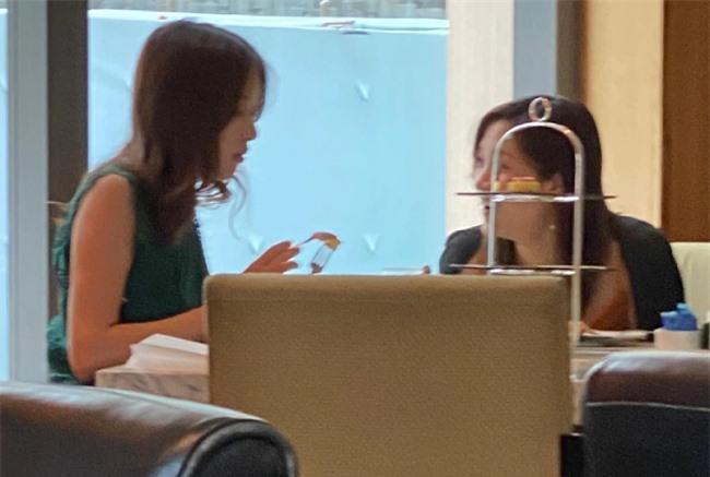 Gia Văn đi uống trà chiều với bạn.