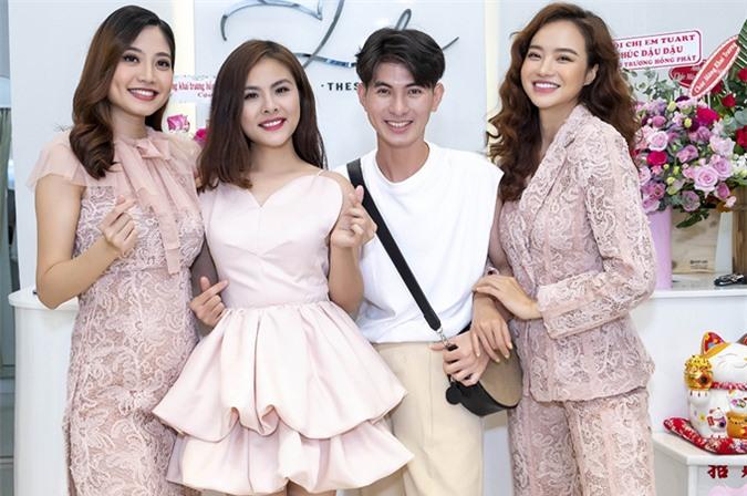 Nguyễn Minh Công chụp ảnh cùng ba người đẹp cùng diện váy áo gam màu hồng nhạt của anh.