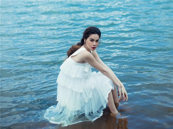 Thời điểm chụp ảnh vào khoảng cuối tháng 6, lúc này Hồ Ngọc Hà mnag thai khoảng bốn tháng. Cô diện trang phục bồng bềnh vừa giúp che khéo bụng bầu vừa phù hợp bối cảnh.