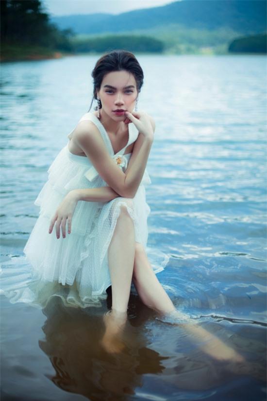 Việc chụp ảnh dưới nước không làm khó Hồ Ngọc Hà bởi cô có nhiều năm hoạt động nghệ thuật. Chưa kể, nữ ca sĩ được khen ngày càng nhuận sắc khi mang thai đôi với bạn trai Kim Lý.