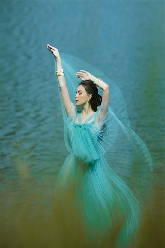 Hồ Ngọc Hà bay bổng trong một chiếc váy voan khác của nhà thiết kế Nguyễn Công Trí.