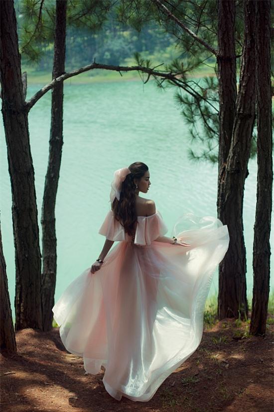 Bộ ảnh được thực hiện với sự hỗ trợ của nhà thiết kế Công Trí, nhiếp ảnh Tang Tang, stylist Kye Nguyễn, trang điểm - làm tóc: Huyền Lê - Mandy, phụ kiện: Chanel - Ngô Mạnh Đông Đông.