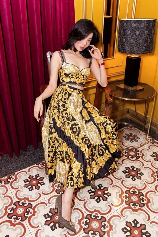 Nữ ca sĩ chuộng váy áo tôn vóc dáng gợi cảm ở tuổi 39. Thời gian qua, dù ảnh hưởng bởi Covid-19, cô chăm chỉ tham gia nhiều hoạt động từ âm nhạc đến thời trang.