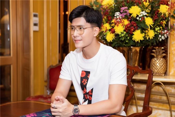 Lâm Bảo Châu cũng là một trong những diễn viên góp mặt trong MV của Lệ Quyên. Anh năm nay 28 tuổi, từng tham gia một số show hẹn hò, đóng MV như Anh ơi ở lại của Chi Pu.
