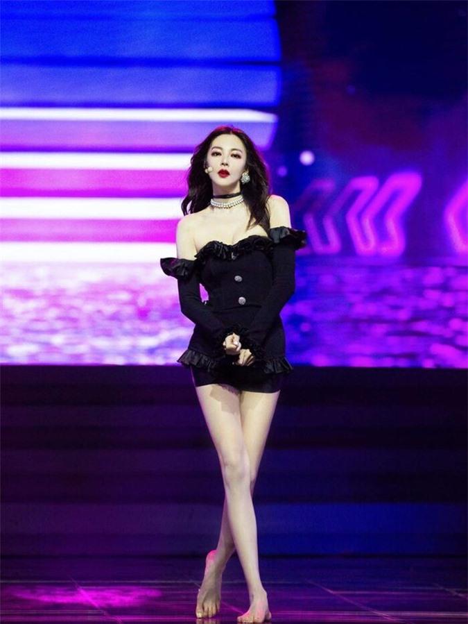 Mỹ nhân Châu Tinh Trì U40 gây sốt mạng xã hội vì diện đồ đẹp hơn cả Jennie Black Pink - Ảnh 2