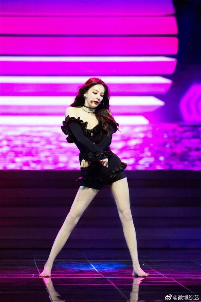 Mỹ nhân Châu Tinh Trì U40 gây sốt mạng xã hội vì diện đồ đẹp hơn cả Jennie Black Pink - Ảnh 3