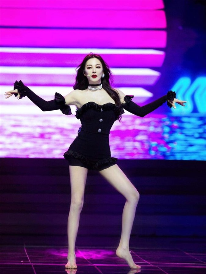 Mỹ nhân Châu Tinh Trì U40 gây sốt mạng xã hội vì diện đồ đẹp hơn cả Jennie Black Pink - Ảnh 4