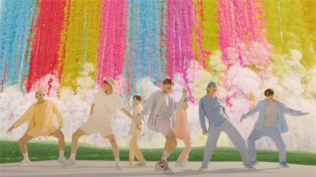 Vừa ra mắt, MV mới của BTS phá đậm kỉ lục của BLACKPINK - Ảnh 2.